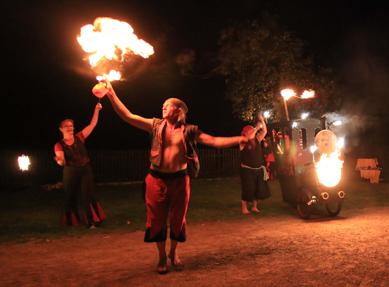 Die Feuergaukler - Circus Henriette Bombastico, Teatro Los Piratos und Circus Knopf gastieren am Pfingsmontag 25.05.2015 ab 21.30 Uhr vor Schloß Quetz.