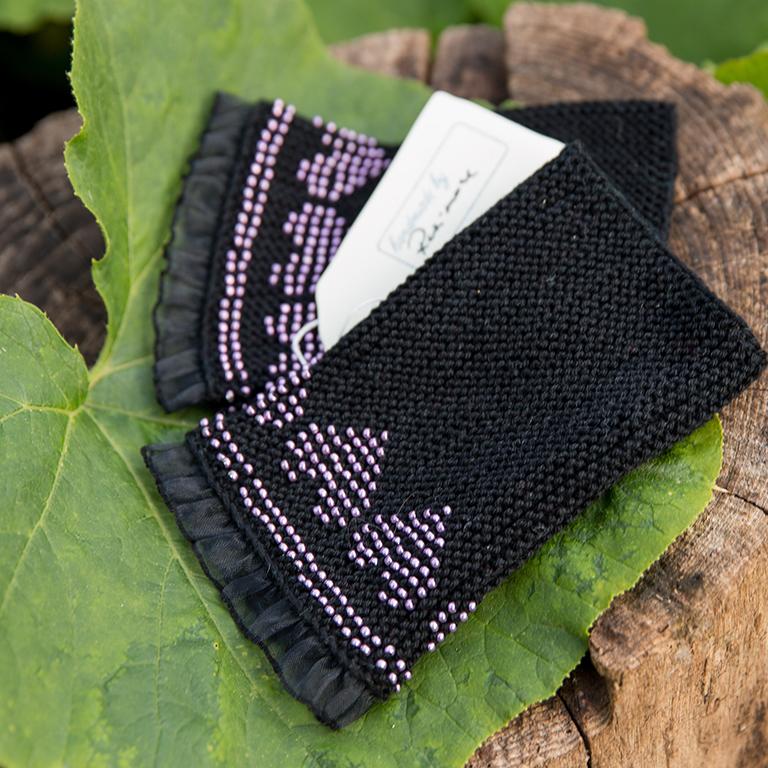 schwarze Muffigen mit lila Perlenstrickerei und Füllrand