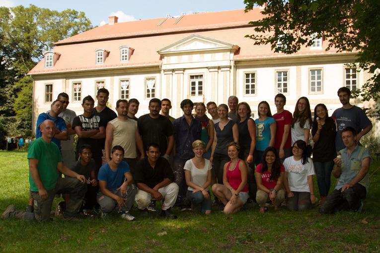 Baucampgruppe vor schloß Quetz